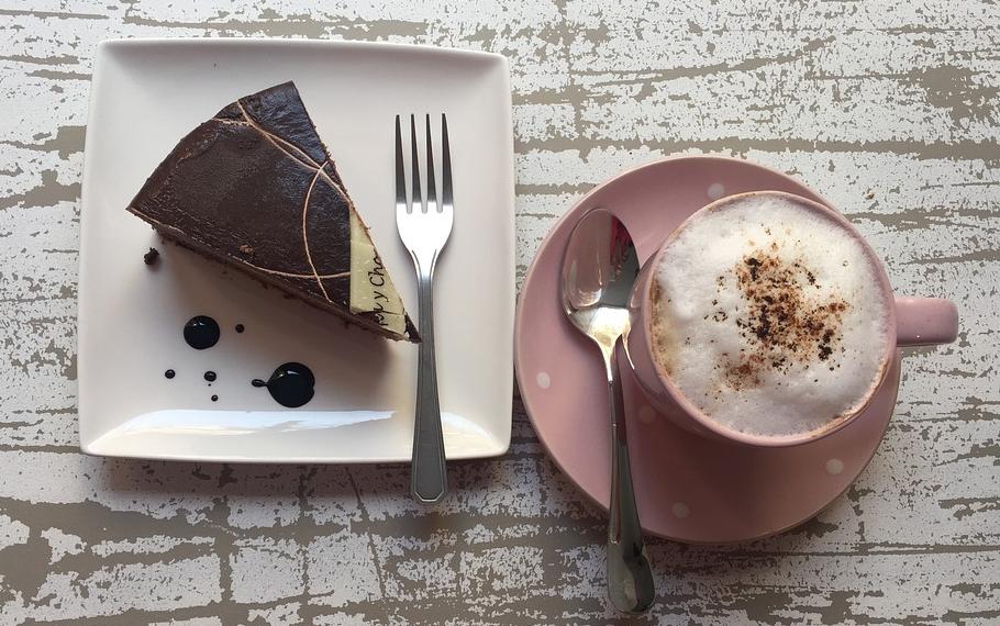 Insbesondere in einem Cafe kann man Kaffee trinken und hat eine breite Kuchenauswahl